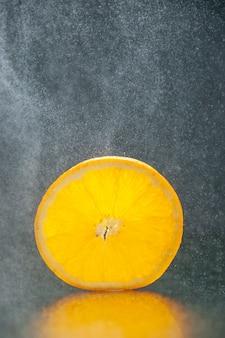 Verticale weergave van citroenlimoen op een donkere achtergrond met vrije ruimte