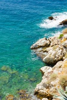 Verticale weergave van de turquoise wateren van de egeïsche zee. zomervakantie aan zee