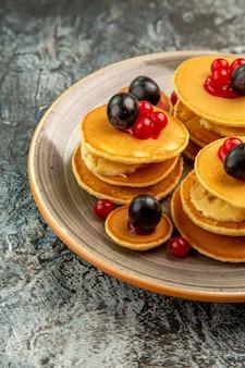 Verticale weergave van fruit pannenkoeken ontbijt stock beeld