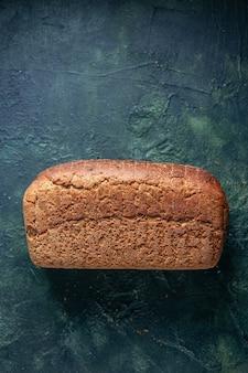 Verticale weergave van ingepakte sneetjes zwart brood op een verontruste achtergrond met gemengde kleuren en vrije ruimte