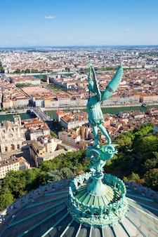 Verticale weergave van lyon vanaf de top van de notre dame de fourviere, frankrijk, europa