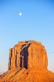 Verticale weergave van monument valley met maan