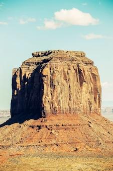 Verticale weergave van monument valley met speciale fotografische verwerking