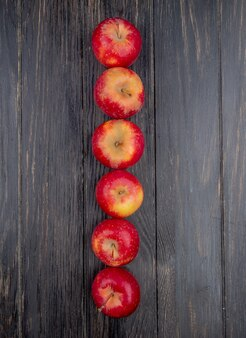 Verticale weergave van rode appels op houten achtergrond