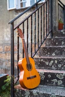 Verticale weergave van spaanse gitaar als vrije tijd concept in het platteland. country muziek concept. landelijke vakanties in het zuiden van spanje, in sevilla. muzikale ontspannen spaanse vakanties. reis naar het concept van spanje.