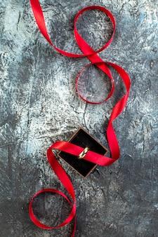 Verticale weergave van verlovingsband op donker