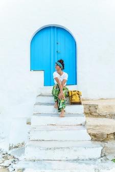 Verticale weergave van vrouw met rugzak op vakantie. vrouw op trappen op spaanse reisbestemming.