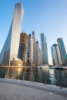 Verticale weergave van wolkenkrabbers in de jachthaven van dubai, verenigde arabische emiraten.