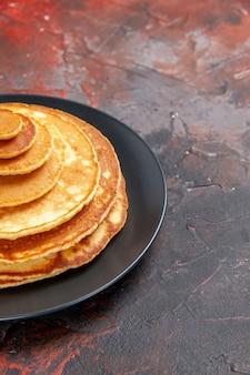 Verticale weergave van zelfgemaakte pannenkoeken