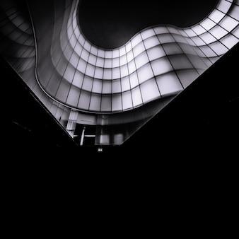 Verticale zwart-wit foto van een abstract architectonisch gebouw
