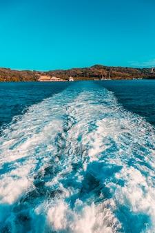 Vertrek van de veerboot vanuit la ceiba in de caribische zee. honduras