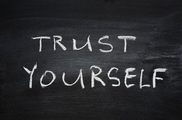 Vertrouw jezelf zin handgeschreven op schoolbord