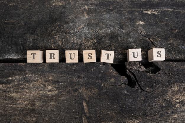 Vertrouw ons teken op houten blokken