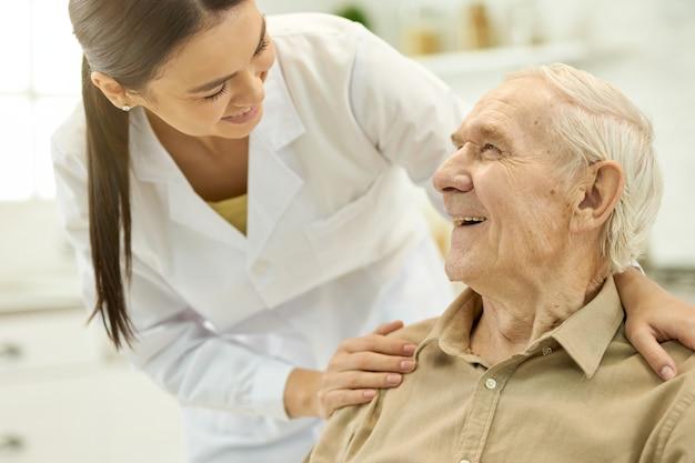 Vertrouwd medisch personeel dat de oudere patiënt ondersteunt supportive