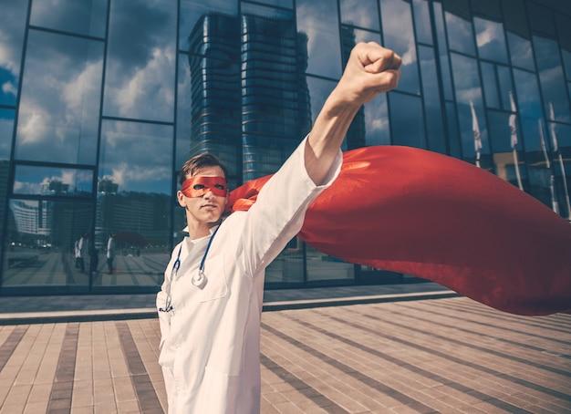 Vertrouwen arts in een superheld cape