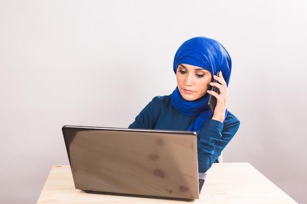 Vertrouwen mooie moslimvrouw werkt op laptop. bedrijfs- en financiële concepten.