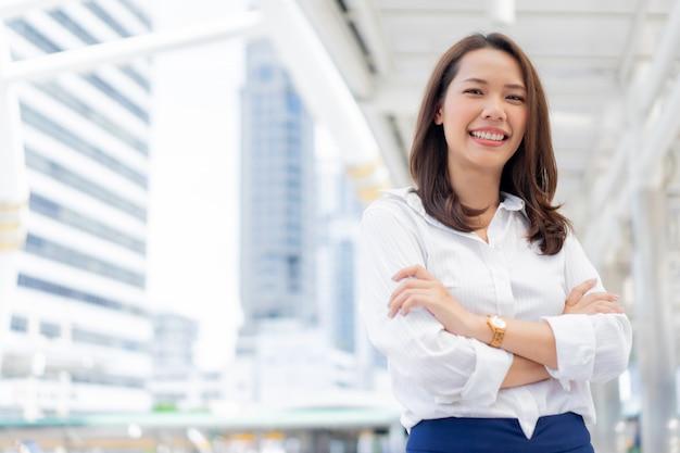 Vertrouwen zakenvrouw arm gekruist