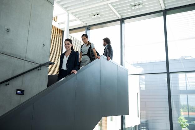 Vertrouwen zakenvrouw met collega's de trap af