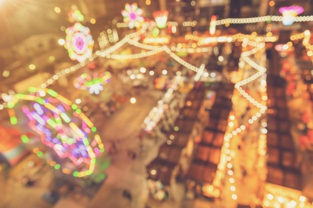 Vervaag kleurrijke nachtlampje markt festival caravan evenement voor achtergrond.