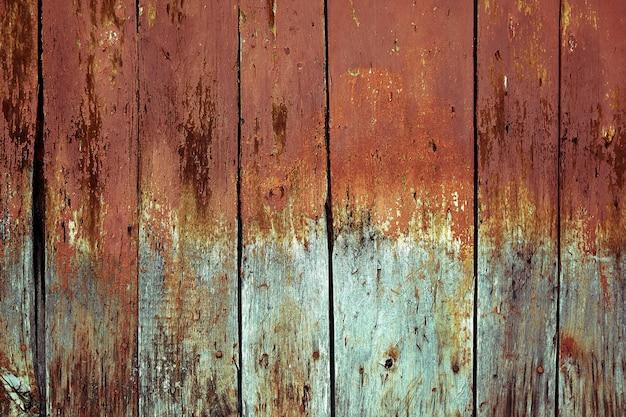 Vervaagde houten planken met corrosie. houten deuren schoongemaakt van verschillende planken. oude natuurlijke houten plank zonder verf. houten achtergrond, kopie ruimte.