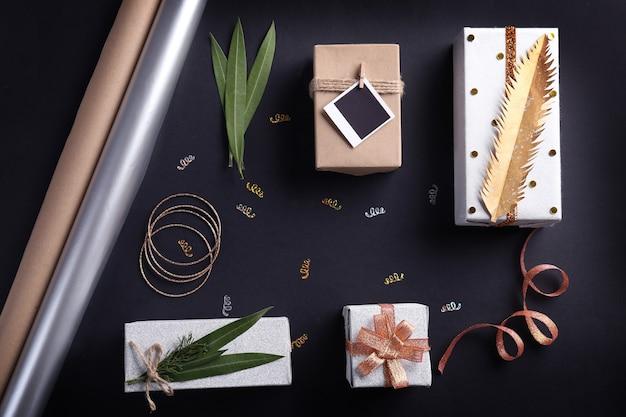 Vervaardigde kerstcadeaus en accessoires op zwarte achtergrond