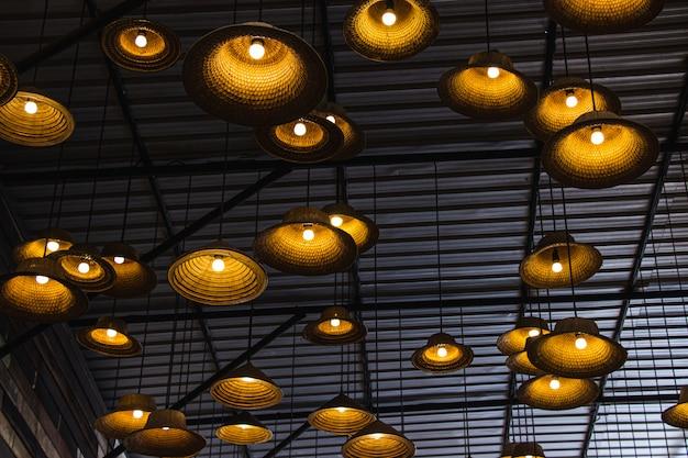 Vervaardigde lamp van een hoed gemaakt van lokale materialen bamboe binnen restaurant op drijvende markt amphawa.