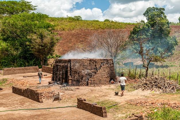 Vervaardiging van handmatige bakstenen in alagoa grande paraiba, brazilië