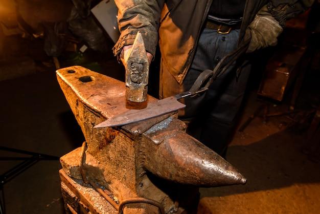 Vervaardiging van messen in de smidse
