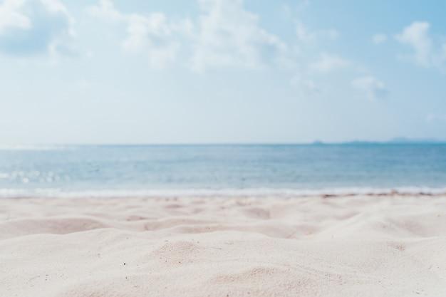 Vervagen tropisch strand met bokeh zon licht golf op blauwe lucht en witte wolk abstracte achtergrond.