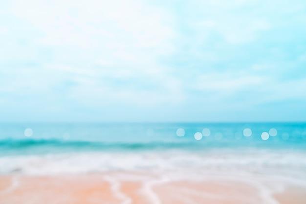 Vervagen tropische natuur schoon strand en wit zand in de zomer met zon licht blauwe lucht en bokeh