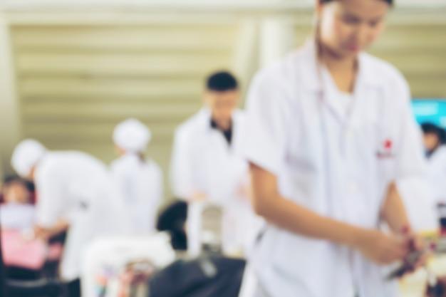 Vervaging van verpleegsters die zich voorbereiden op bloed van donors bij bloeddonatiescentrum