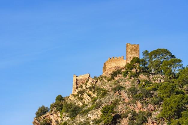 Vervallen kasteel op de top van een berg. castell de serra, serras castle valencia, spanje.