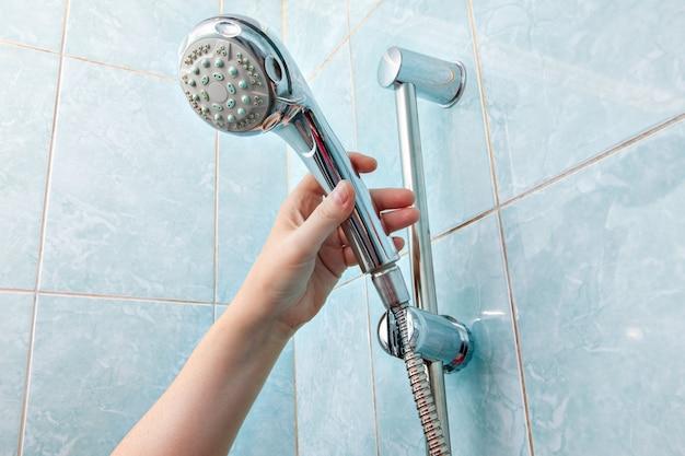 Vervangen van sanitair in de badkamer, close-up handdouche voor wandmontage en slanghouder met in hoogte verstelbare schuifrail.