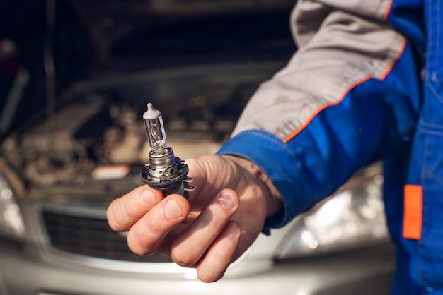 Vervanging van een doorgebrande lamp in de autokoplamp