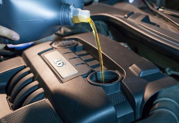 Vervanging van motorolie in een motor bij een autoservicecentrum