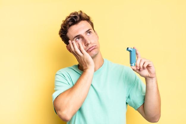 Verveeld, gefrustreerd en slaperig voelen na een vermoeiende, saaie en vervelende taak, het gezicht met de hand vasthouden. astma concept