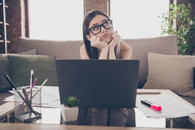 Verveeld moe triest meisje afstand werkende laptop