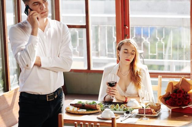 Verveeld vrouw aan restaurant tafel