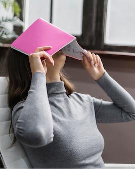 Verveeld zakenvrouw werken vanuit huis