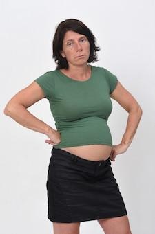 Verveeld zwangere vrouw geïsoleerd op wit