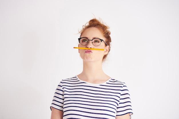 Verveelde vrouw die plezier heeft met potlood