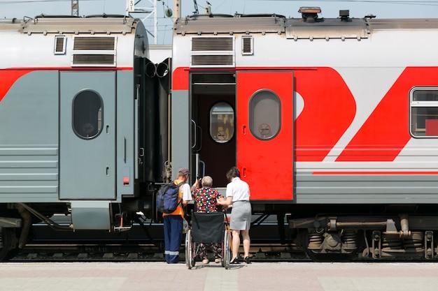 Vervoer van gehandicapten in treinwagons.