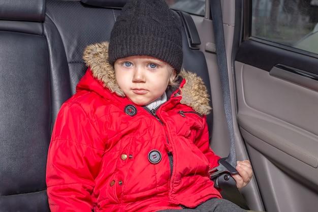 Vervoer van kleine kinderen in de auto zonder kinderzitje.