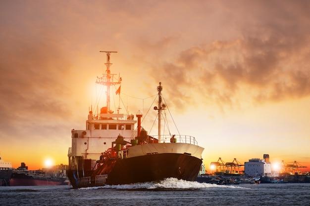 Vervoer van lpg-tankerschip tegen mooie hemel