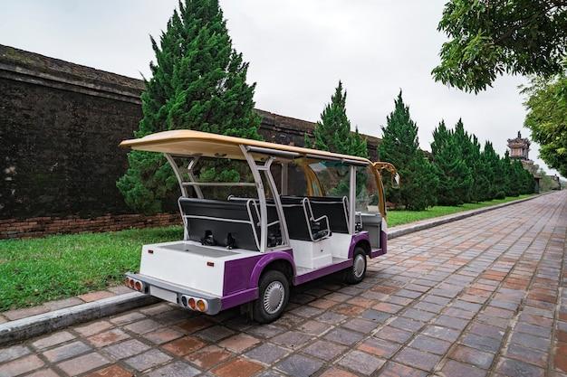 Vervoer van mensen. electro-auto. auto voor vervoer van toeristen. elektrische auto. toeristenbus. auto voor het vervoeren van mensen rond het hotel of sightseeing.