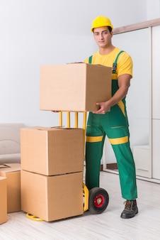 Vervoersarbeider die dozen leveren aan huis