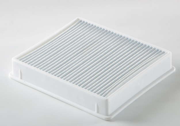Vervuild stoffilter. stofzuigerfilter op witte achtergrond