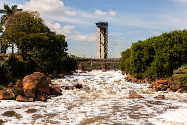 Vervuilde tiete rivier in salto stad - watterfall turistc complex park