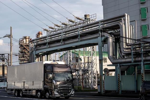 Vervuiling en industrie buiten bij daglicht