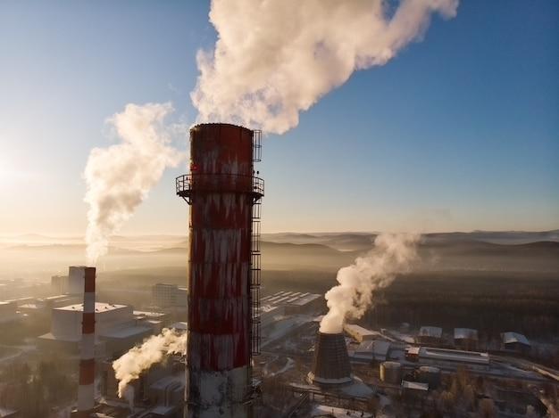 Vervuiling en rook uit schoorstenen van fabriek of elektriciteitscentrale.